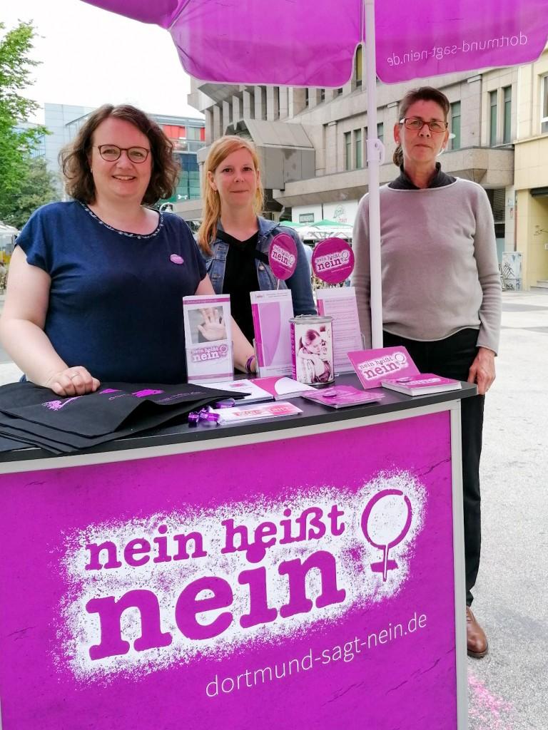 "alt=""Unsere Schrimfrau Birgit Jörder am Infostand"">"